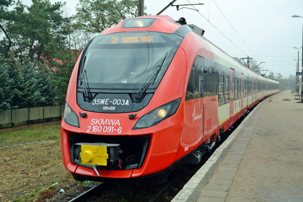 pociąg szybkiej kolei miejskiej na przystanku końcowym trasy linii S9